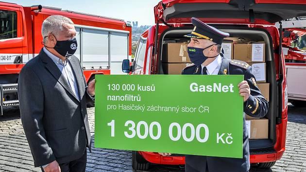 PŘEDÁNÍ DARU. Vlevo Pavel Káčer, provozní ředitel skupiny GasNet a Drahoslav Ryba, generální ředitel HZS ČR.