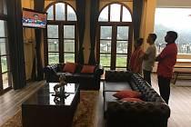 Situaci napjatě sledují zaměstnanci hotelu The Wind Castle ve městě Nuwara Eliya, kde je ubytována i editorka Deníku Ivana Zábranská