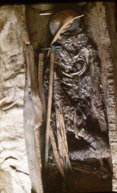 Mladá válečnice byla uložena do hrobu s kompletní výzbrojí - sekyrou, metrovým lukem z březového dřeva a toulcem s deseti šípy o délce asi 70 centimetrů