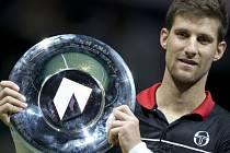 Martin Kližan s trofejí z turnaje v Rotterdamu