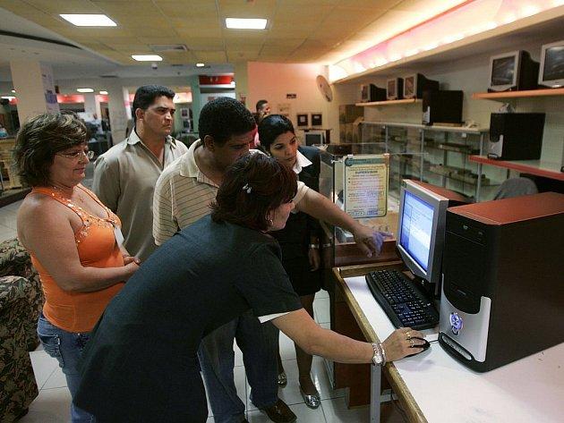 O volně prodejné počítače mělo zájem mnoho Kubánců. O jejich koupi už méně