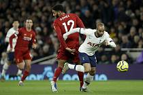 Utkání 22. kola anglické fotbalové ligy Tottenham - Liverpool. Vpravo fotbalista Tottenhamu Lucas Moura, vlevo Joe Gomez z Liverpoolu.