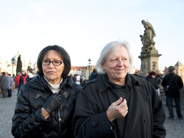 MAGICKÝ HLAS REBELKY. Tak se jmenuje dokument, který Martě Kubišové věnovala Olga Sommerová. Na snímcích zpěvačka nyní s Václavem Neckářem.