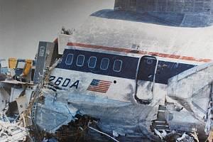 Trosky zříceného letadla na dallaském letišti