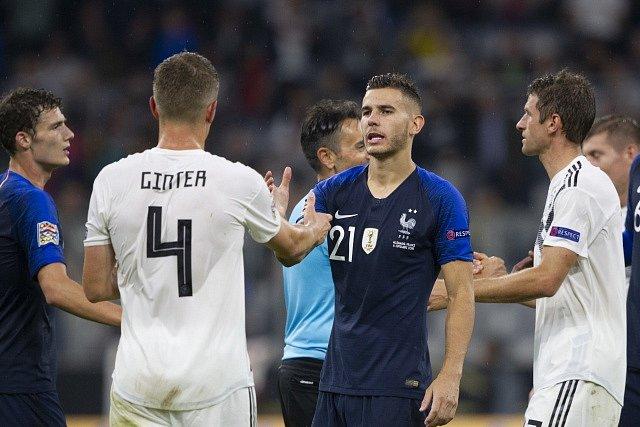 Německo – Francie. Matthias Ginter (číslo 4) se zdraví s Lucasem Hernandezem.