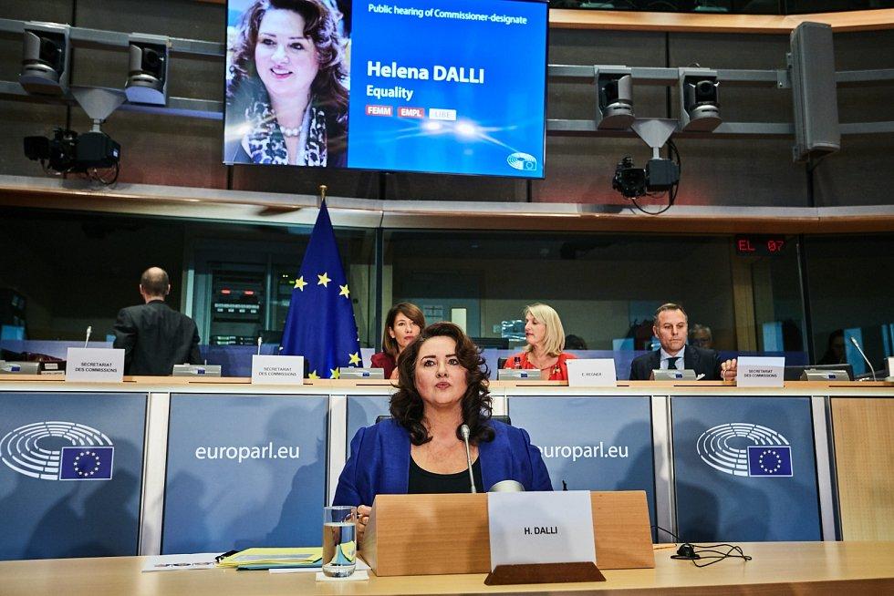Helena Dalliová (1962), eurokomisařka pro rovné příležitosti, bývalá poslankyně maltské socialistické strany, ministryně evropských záležitostí (2017-2019). Miss Malta z roku 1979, účastnice Miss World