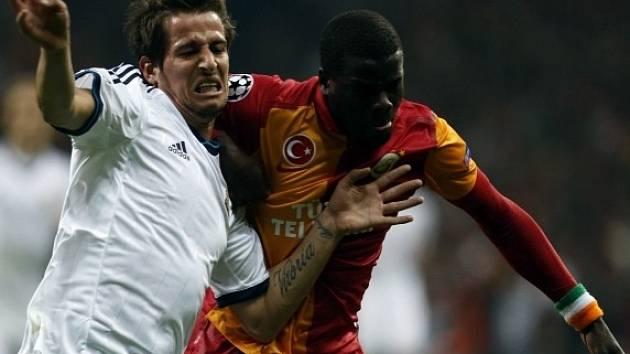 Emmanuel Eboue z Galatasaray Istanbul v souboji s Coentraoem