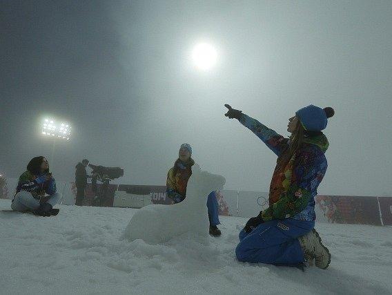 Mlha trápí biatlonisty na olympiádě