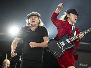 Australská hardrocková kapela AC/DC odložila zbývající koncerty svého amerického turné. Zpěváka Briana Johnsona (vlevo) totiž lékaři varovali, že mu hrozí absolutní ztráta sluchu.