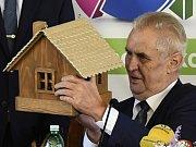 Prezident Miloš Zeman se zúčastnil zahájení školního roku na Akademii řemesel - Střední škole technické v Praze, od studentů dostal darem ptačí budku.