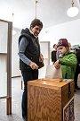 Lidé volili v parlamentních volbách 20. října v Průhonicích.
