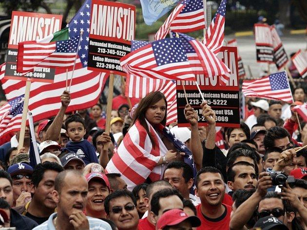Proti imigrační politice protestovalo přibližně patnáct tisíc přistěhovalců  v Los Angeles.