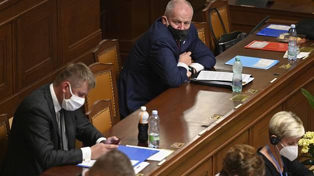 Ministr zdravotnictví Roman Prymula (nahoře) sleduje diskuzi na schůzi.