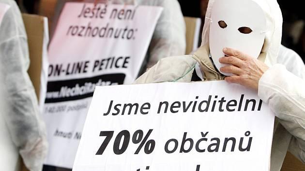 Demonstranti proti radarové základně v Brdech.