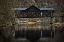 V havarijním stavu je roubený dřevěný krytý most v Bystré nad Jizerou nedaleko Semil, ojedinělá stavba v Libereckém kraji. Malá obec se 118 obyvateli sice chystá jeho rekonstrukci, bez dotace ale není schopna ji zrealizovat.