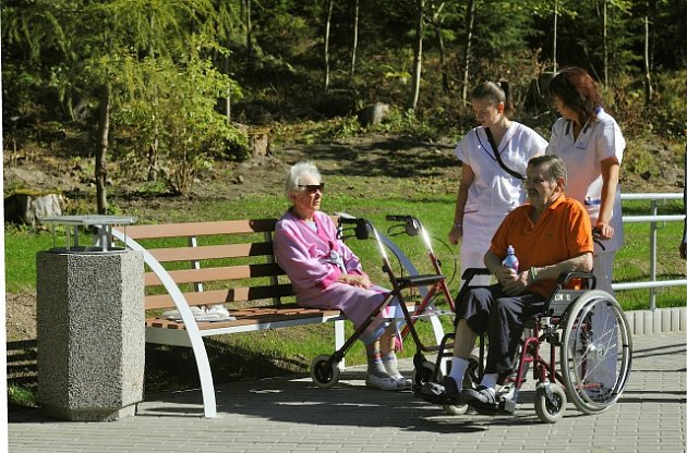 Lidé s problémy s chůzí - ilustrační foto.