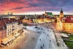 Varšava, královský hrad a staré město při západu slunce.