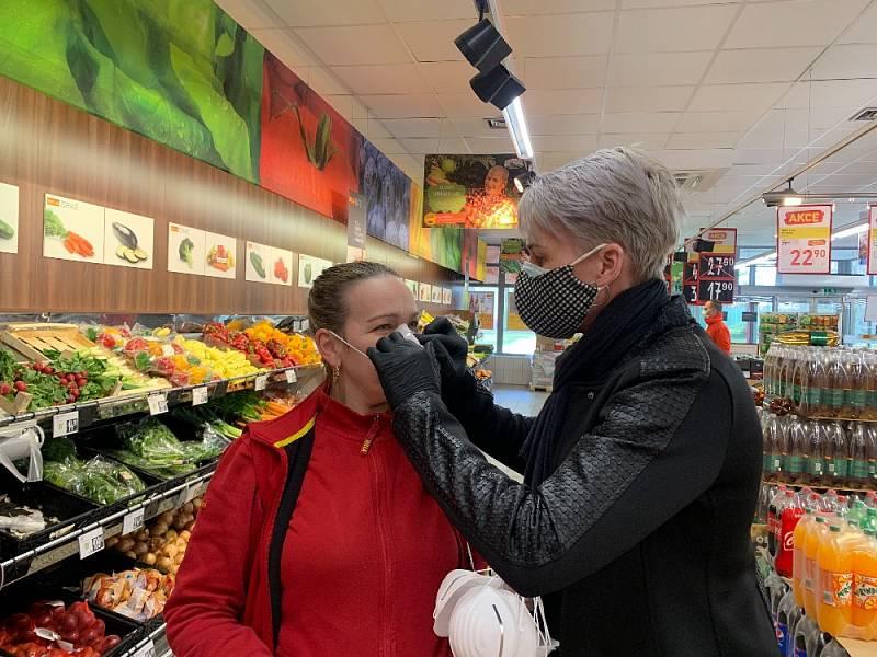 Lidé musejí i nadále dodržovat hygienická opatření v obchodech