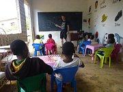 Slávek Král učí v africké škole.