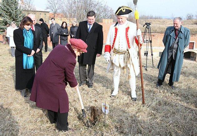 Slavnostní výkop k zahájení rekonstrukce části pevnostního systému a budov v Terezíně proběhl v úterý odpoledne za účasti zástupců Ústeckého kraje a ministra obrany Alexandra Vondry.