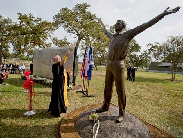 První pomník sovětského kosmonauta Jurije Gagarina na americkém kontinentu byl dnes odhalen před sídlem kosmického řídícího střediska v texaském Houstonu.