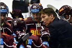Trenér HC Sparta Praha Uwe Krupp radí svým svěřencům.