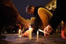 Oslavou svobody – a také vzpomínkou na oběti komunismu – se po setmění na Národní třídě v Praze stal živý světelný řetěz.