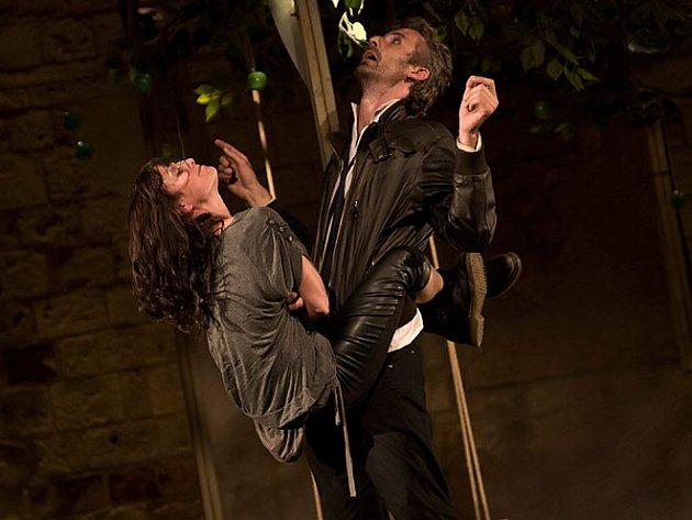 ZKROCENÍ ZLÉ ŽENY. Jana Stryková jako Kateřina a Roman Zach coby Petruchio.