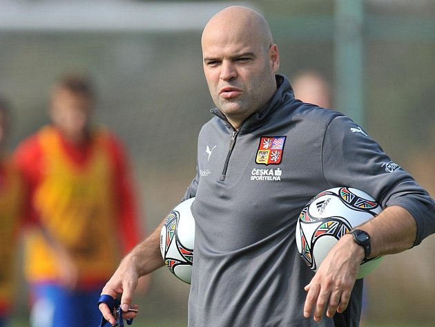 Kouč Jakub Dovalil na tréninku reprezentace do dvaceti let.