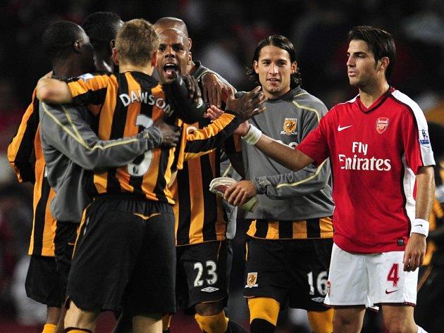 Hráči Hullu se radují z vítězství na hřišti Arsenalu, gratuluje jim i posmutnělý Cecs Fabregas.