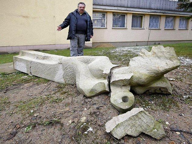 K poškození několika soch, které byly vystaveny v areálu Střední odborné školy ve Světlé nad Sázavou, došlo v noci. Jedná se o žulové a pískovcové sochy. Škoda se pohybuje v řádu několika set tisíc korun. Věc je v šetření policie.