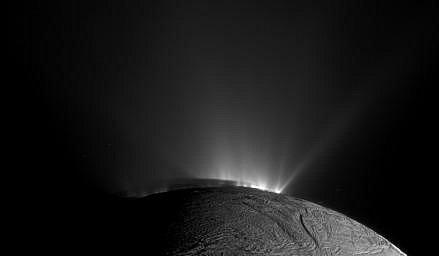 Povrch měsíce Enceladus, zachycený vesmírnou družicí NASA Cassini 30. listopadu 2010
