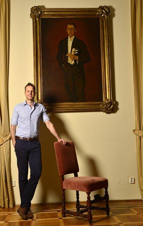 Starý nábytek, nová televize. Lepší než nový nábytek a stará televize, komentuje Stephanos, zda je zámek zařízen v moderním stylu, nebo spíš historicky.