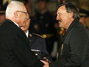 Antonín Panenka (vpravo) přebírá na fotografii medaili od prezidenta Václava Klause.