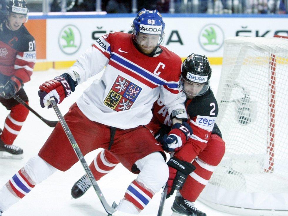 Jakub Voráček (vlevo) se tlačí před Dana Hamhuise z Kanady.