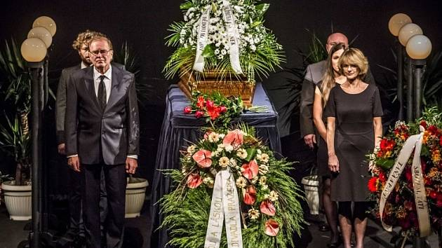 Poslední rozloučení s divadelním hercem Lubomírem Lipským, který zemřel 2. října ve věku 92 let, se konalo 9. října v pražském Divadle ABC. Lipský na jeho scéně účinkoval více než půl století v desítkách inscenací.