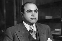 Al Capone v policejní služebně v Chicagu po zatčení na základě obvinění z potulky. Označen jako veřejný nepřítel číslo jedna