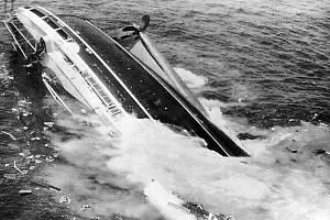 Pýcha italského loďství, parník Andrea Doria, potápějící se 26. července 1956 dopoledne do mořských hlubin. Autor fotografie Harry Trask za tento snímek získal prestižní Pulitzerovu cenu. Potopení parníku bylo dobře zkoumentováno.