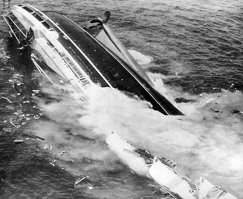 Pýcha italského loďstva, parník Andrea Doria, potápějící se 26. července 1956 dopoledne do mořských hlubin. Autor fotografie Harry Trask za tento snímek získal prestižní Pulitzerovu cenu. Potopení parníku bylo dobře zkoumentováno.