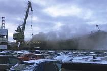 Požár na lodi Admiral Kuzněcov během oprav v Murmansku na severu Ruska.