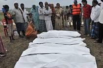 Více než stovku obětí si s největší pravděpodobností vyžádala nehoda říčního trajektu nedaleko bangladéšské metropole Dháky.