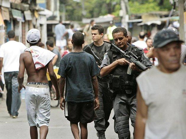 Brazilští policisté hlídkují v chudinské čtvrti Jacarezinho.
