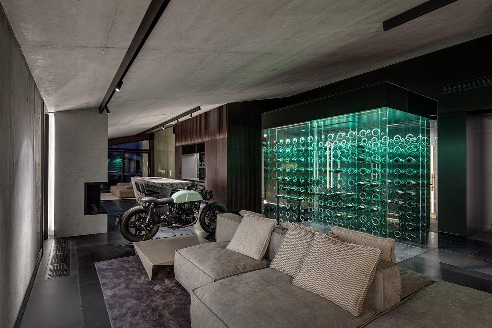 Součástí luxusního interiéru bytu ve Vokovicích je i starý mortocykl.