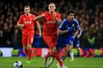 Diego Costa z Chelsea (vpravo) a Martin Škrtel z Liverpoolu.