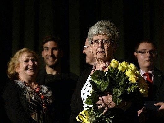 Zachráněná Milena Grenfellová-Bainesová (uprostřed) vystoupila 20. května v Praze v komponovaném pořadu ke 105. narozeninám zachránce stovek židovských dětí Sira Nicholase Wintona. Vlevo je olympijská vítězka, sportovní gymnastka Věra Čáslavská.