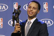 Stephen Curry s trofejí pro nejužitečnějšího hráče NBA.