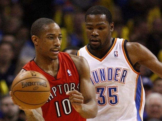 Kevin Durant z Oklahomy (vpravo) a DeMar DeRozan z Toronta.
