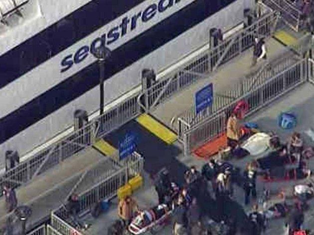 Až 50 lidí dnes utrpělo zranění při nárazu trajektu do mola v newyorské čtvrti Manhattan, nikdo ze zraněných údajně není v ohrožení života.