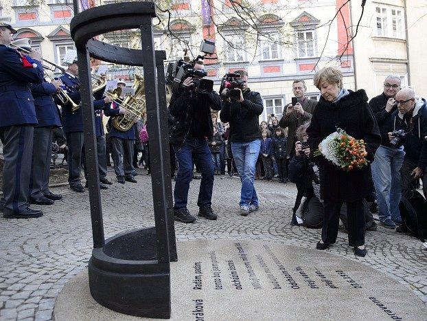 Jana Kánská (vpravo) se zúčastnila slavnostního odhalení pomníku své matky, české političky Milady Horákové 16. listopadu u Poslanecké sněmovny v Praze.