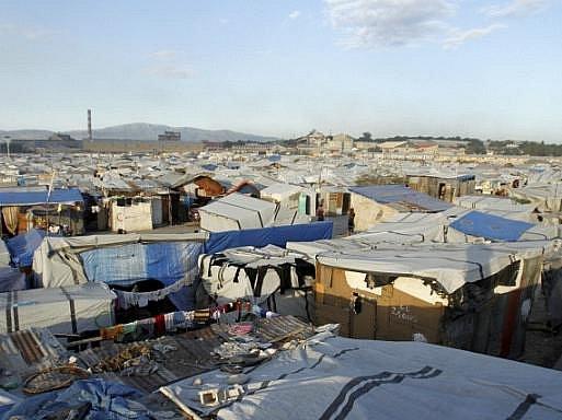 Rok po zemětřesení žije na Haiti stále 800.000 lidí v táborech